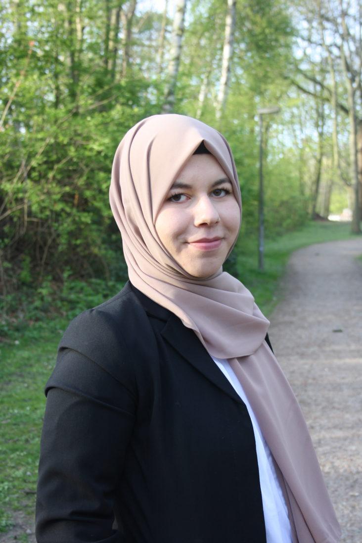 Hijab und Karriere: Der Weg zur Rechtsanwältin.  Ein Gespräch mit Tuğba Uyanık